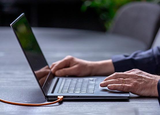 En användare som tagit med sig samarbetstjänsten på sin laptop